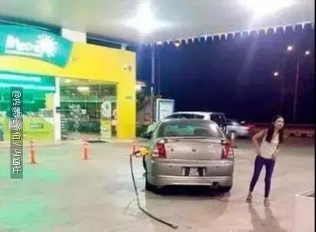 搞笑GIF图:嗨,这根管子是你们加油站的吗?