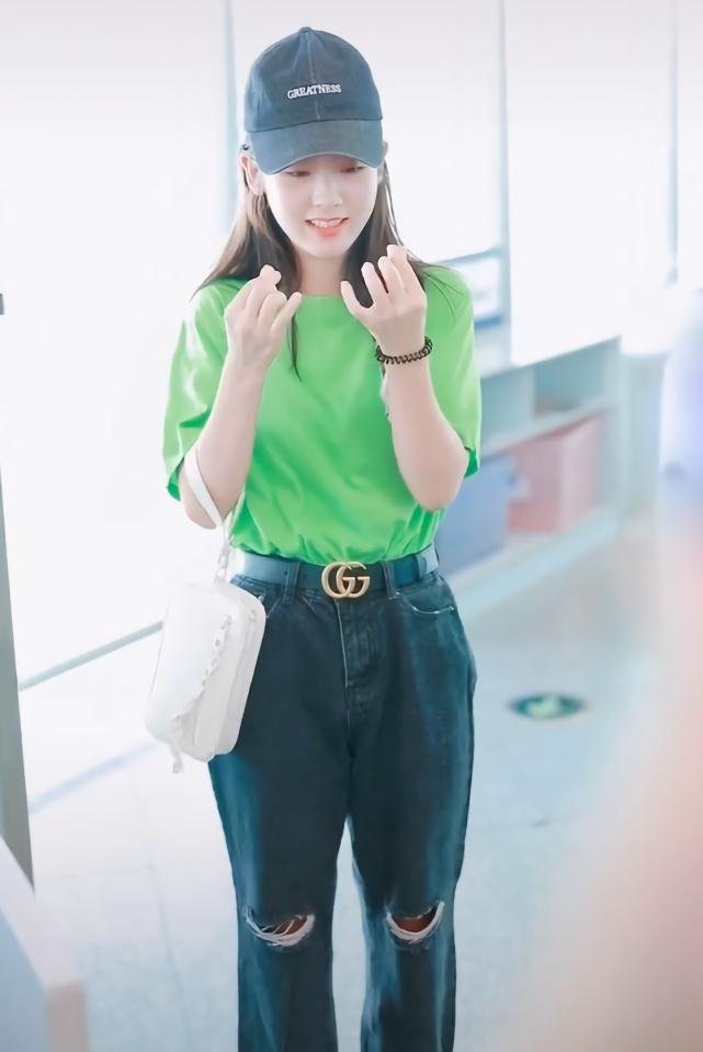<b>邢菲穿衣品味还不错,绿T恤搭开破洞牛仔裤吸睛,造型穿搭时尚感爆棚</b>