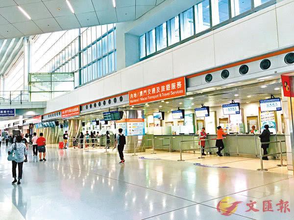 """激进分子发起""""万人接机"""",香港机场出入管制3天"""