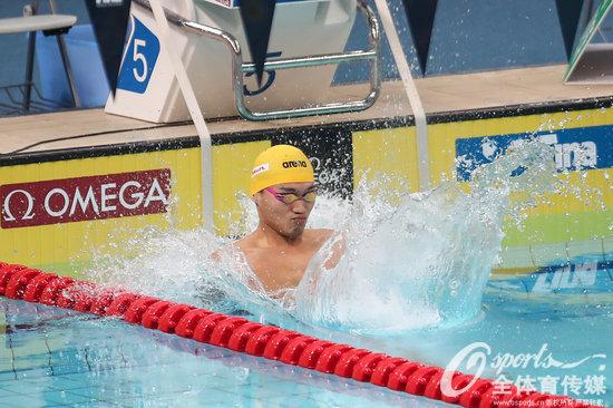 游泳世界杯50仰莫洛佐夫平赛会纪录夺冠 徐嘉余铜牌