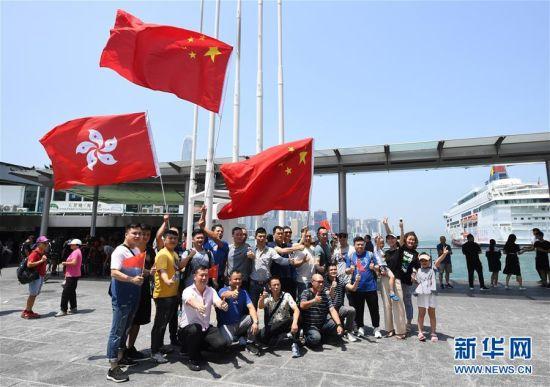 特写:香港市民自发集会守护五星红旗_国旗