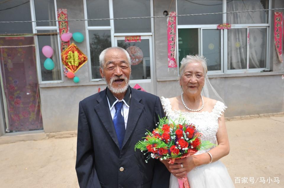 因死后要与前夫合葬,7旬老太与现任补拍婚纱照:给你留个念想