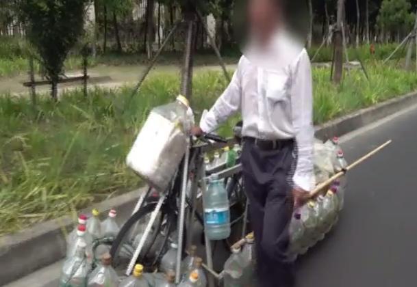 """<b>他给自行车加了30个油桶,顿时""""水陆两栖"""",发明这却被处罚</b>"""