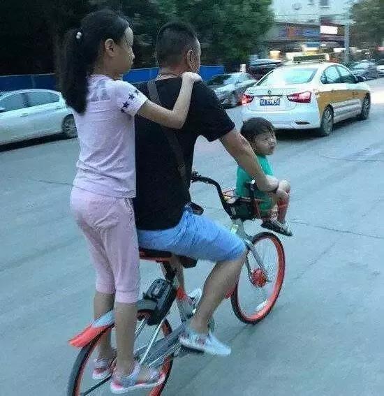 搞笑GIF图:大哥你这样带孩子,被媳妇看到会挨骂的
