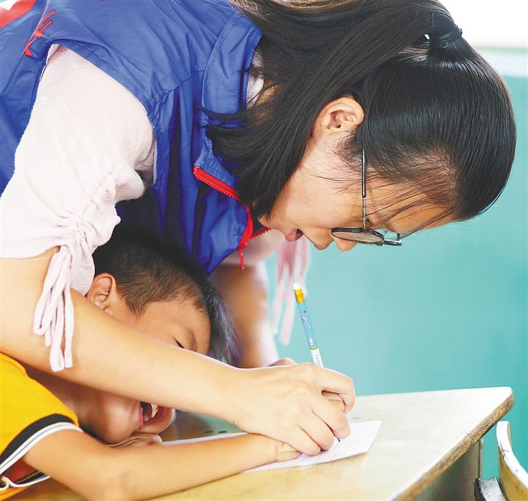 澄迈返乡大学生组建志愿服务队 用爱陪伴留守老人和乡村儿童