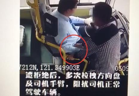 坐过站竟强拽方向盘,要求公交车司机倒回去!醉酒乘客被批捕