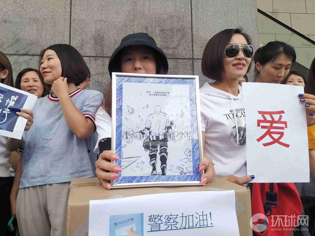 """刚刚,微博刷屏的""""刘Sir""""漫画原作送进香港警察总部了!"""