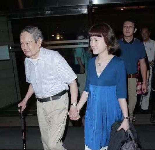 97岁杨振宁疑身体抱恙,戴口罩现身博物馆,翁帆穿黑色短裙露甜笑