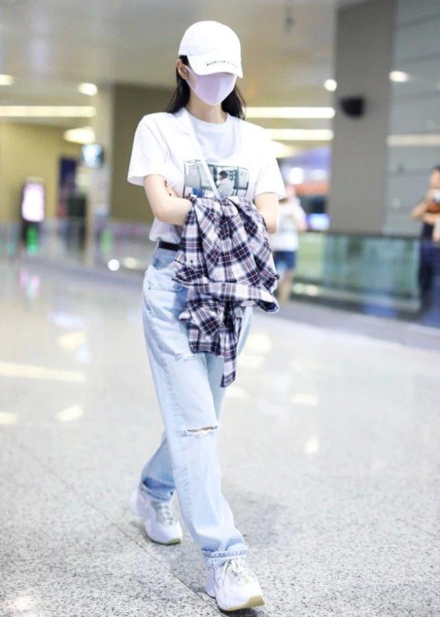 """大家都在穿匡威,景甜不跟风偏爱这款""""白馒头鞋"""",时髦又百搭"""