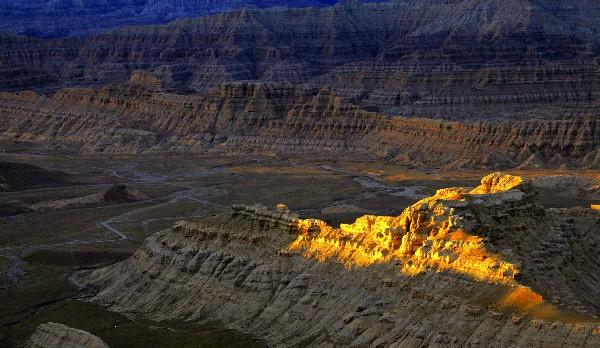 西藏有片特殊地貌,虽只有黄土和黄沙,但在千年前却也繁华热闹过