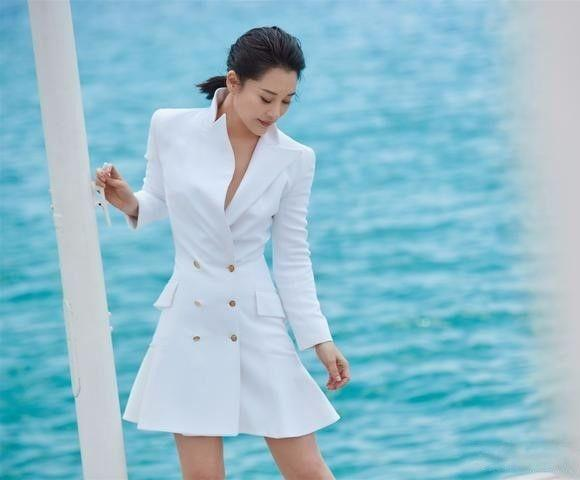 许晴海景照穿白色裙亮相,温和优雅气质独树一帜,五十岁的女人这样穿很美