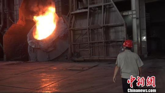 夏日探访炼钢车间:1600度转炉前的炼钢人