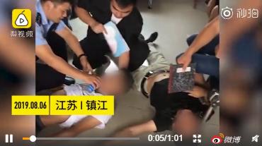 神吐槽:两男子为钱室外吵架半小时,最终体力不支中暑双双被送往医院!