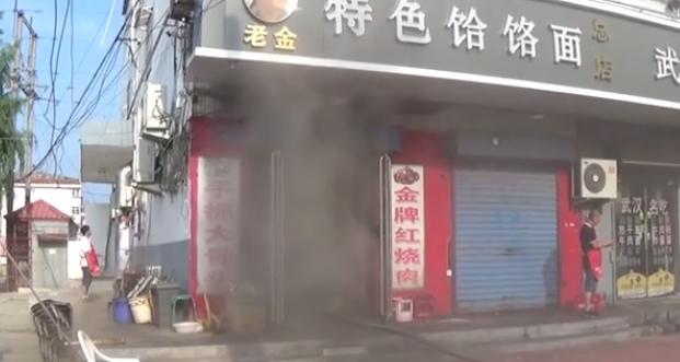 饭店突发火灾,2名消防员6次进入火场,徒手拎出9个煤气管