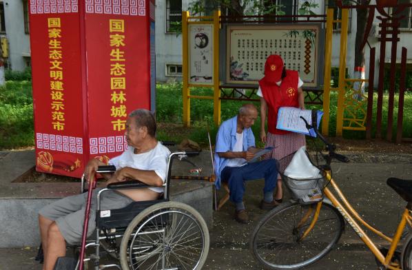 """河南鹤壁市人大常委会机关到结对社区开展""""扫黑除恶出重拳""""宣讲志愿服务活动"""