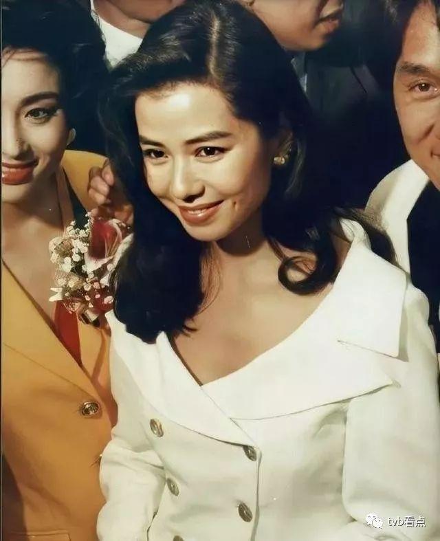 守寡12年不忘亡夫,59岁香港最美女神低调现身打扮似少女,其性感美艳至今无人能超越
