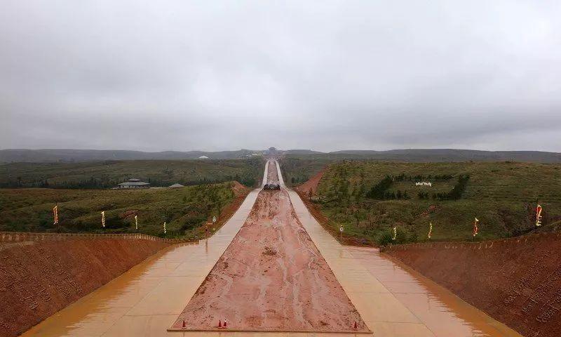 2000年前,秦始皇修建了一条路,连接三个省,为何至今寸草不生?