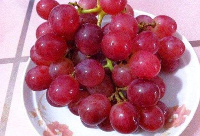 葡萄和提子上的白霜,是农药残留吗?养分师驳斥谣言:带白霜的更养分
