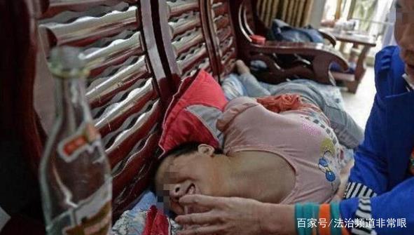 男子每天给女儿灌一斤白酒,母亲在一旁无动于衷,真相让人心酸!