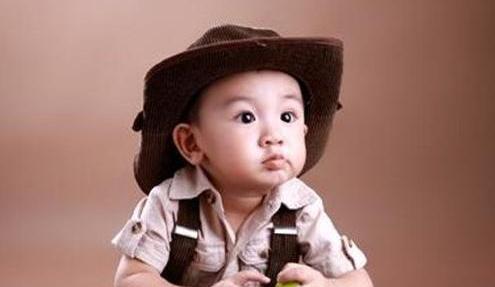 家长不分场合虚报孩子的年龄,被医生批评,虚岁用错或影响娃终身