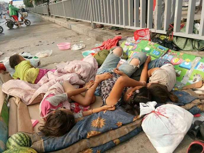 女子带4娃占道睡马路 精神病母亲曾赶走孩子爸爸
