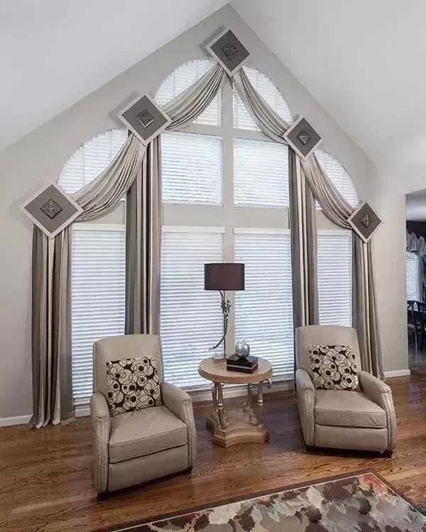 不管是多么独特的造型,几乎所有的窗体设计都是与地面垂直的,但有一种窗体的设计就与常规不同,依于墙顶的设计,让它有一个别致名字天窗。抬眼望去,一道暖阳从顶而至,循着建筑体的轨迹蔓延至空间中的各个角落,一种无法言喻的舒适感在此间流转。     设计天窗的存在, 就源于人们对自然光的本能追求。 无论天窗出现空间的哪个角落, 都会使室内光线大大增加, 它在丰富空间语境的同时, 也令视野更加开阔。 光线是建筑空间的灵魂, 它不仅可以满足基本的采光需求, 照亮空间、消除黑暗, 还能给人带来非常愉悦的视觉体验。