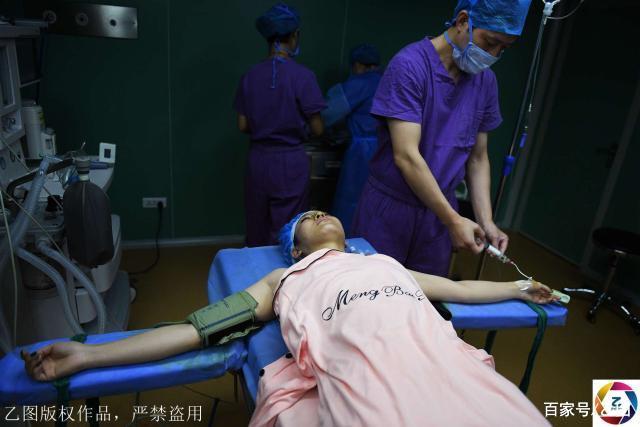实拍中俄混血网红隆胸手术,因对容貌不满多次整形,过程看着都疼