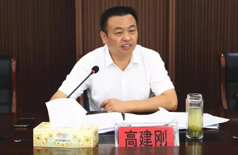 信阳中院党组成员、政治部主任高建刚一行到新县法院督导工作