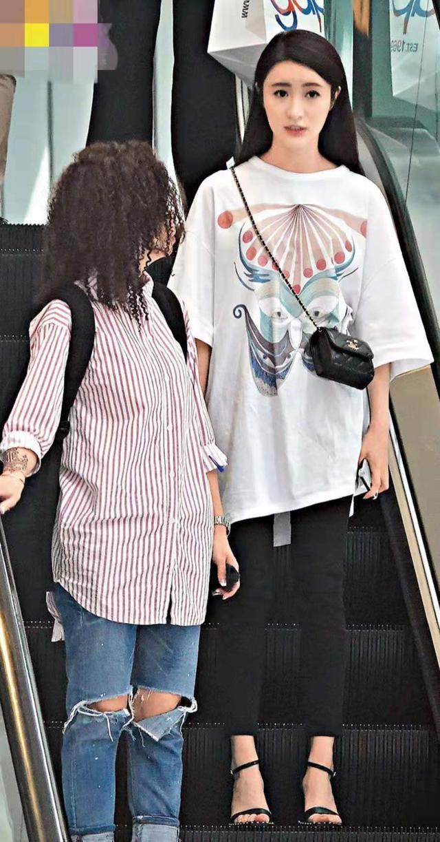<b>前TVB小花有意转战乐坛 林峯刷人情卡亲自为其助力圆歌星梦</b>
