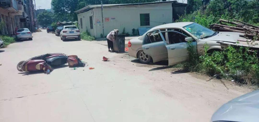 水口中心村事故:小车撞杂草,电动车倒路中间