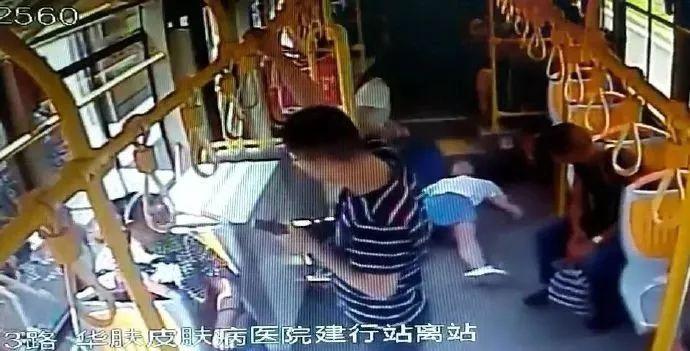 女子公交车上晕倒  关键时刻大家的举动感动所有人