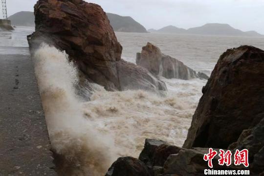 """台风""""利奇马""""登陆浙江温岭:窗外玻璃破碎声不断"""