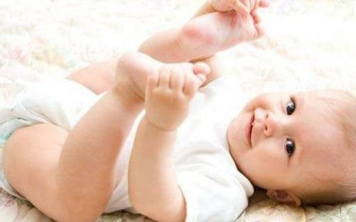 宝宝过度喂养危害大!5个动作证明宝宝吃饱,妈妈快别喂了