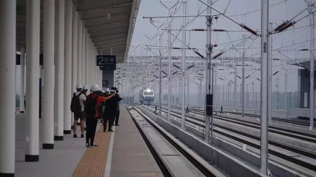 丰台发出的京雄城际首趟联调联试列车今日测试运行!