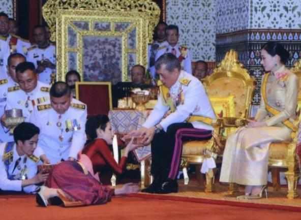 67岁泰王第二任娇妻手段高明,17岁就产子,如今国外度假最逍遥!