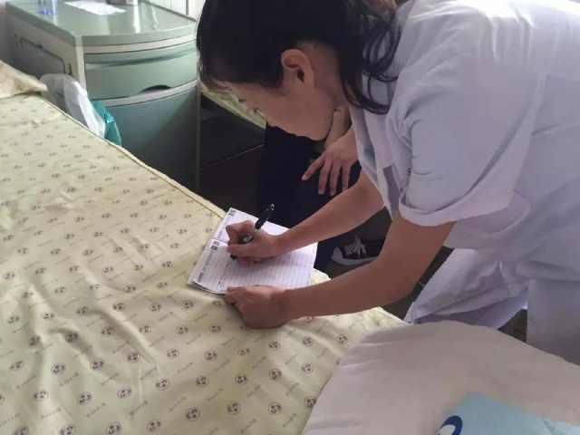 产妇胎盘早剥紧急入院!医护人员却不断给她递小纸条……