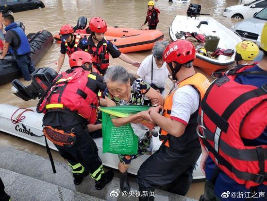 临海受灾人员被解救 奋战一晚的救援人员席地而睡