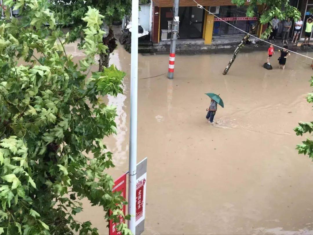 目前,洪水已进入平潮期,水位正在逐渐下降。截至11日凌晨4时,古城范围内的水位较最高水位时已下降约30至50公分。 杭州临安: 强降雨引发山体滑坡 全镇断电 杭州市临安区岛石镇新桥村突发山洪,变电站几条输电线全部被冲毁,全镇断电。