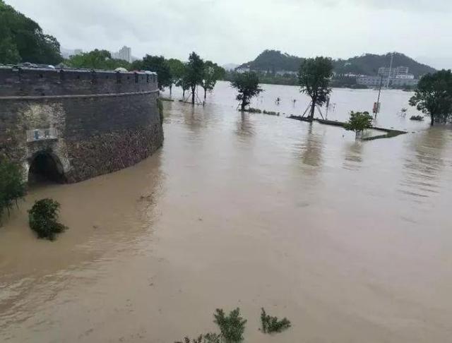 古城临海被洪水围城,救援现场曝光