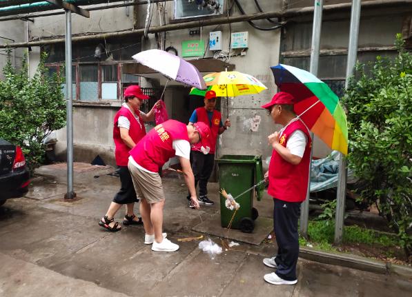 河南鹤壁市交通运输执法局冒雨到社区开展结对帮扶社区共建志愿服务活动