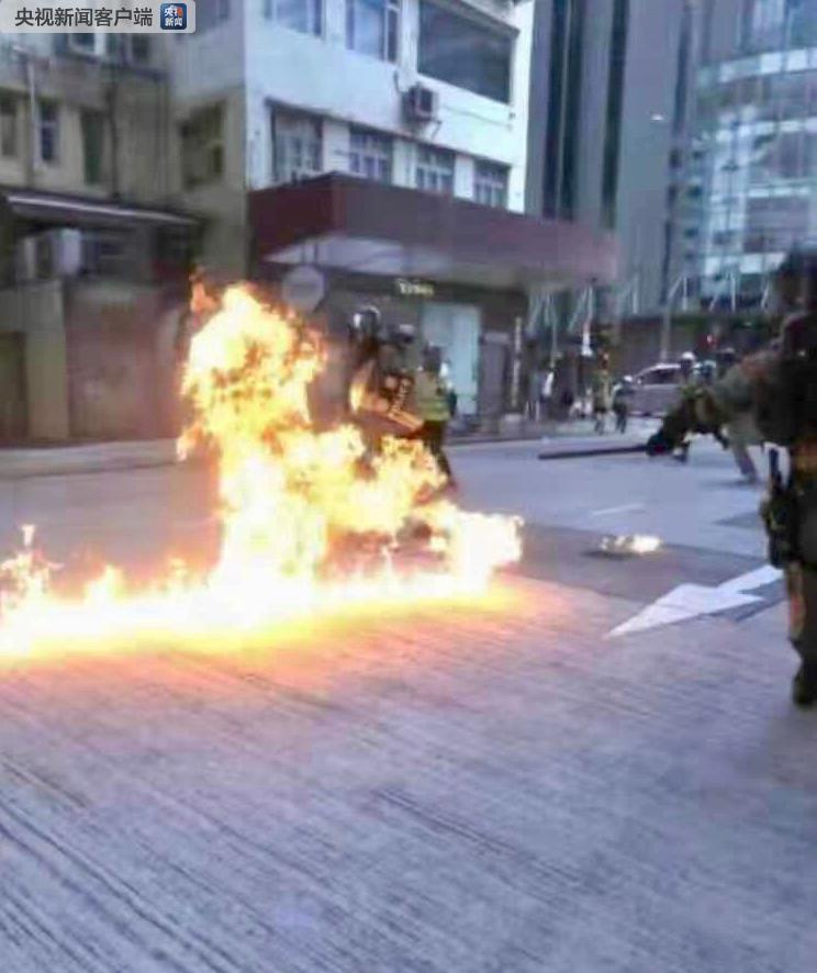香港暴徒向警察投汽油弹 警察多处烧伤 组图