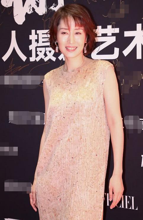 刘敏涛厉害!裙子套裤子竟穿出超模范,气质这块被她拿捏得死死的