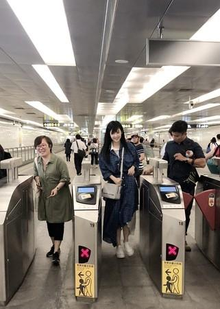 网友偶遇51岁周慧敏乘地铁,亲自购票又美又仙气质超好