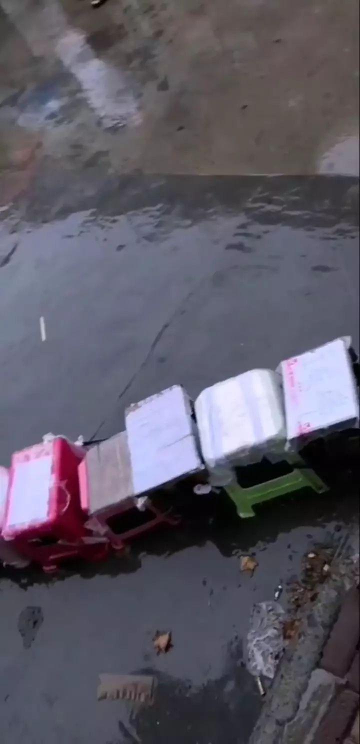 鹤壁家长淋雨排队,只为给孩子报名,……