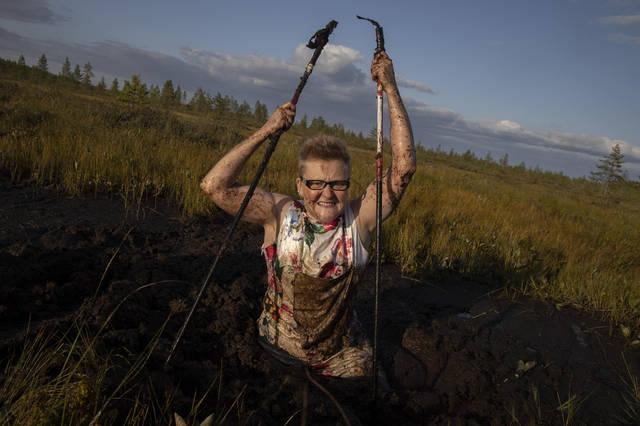 8月10日,在芬兰北部的普达斯耶尔维,一名女子参加