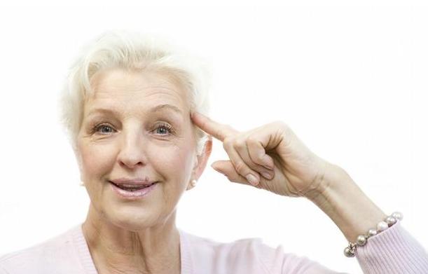 人多少岁之后会开始长白头发?到了这个年纪,出现白发很正常