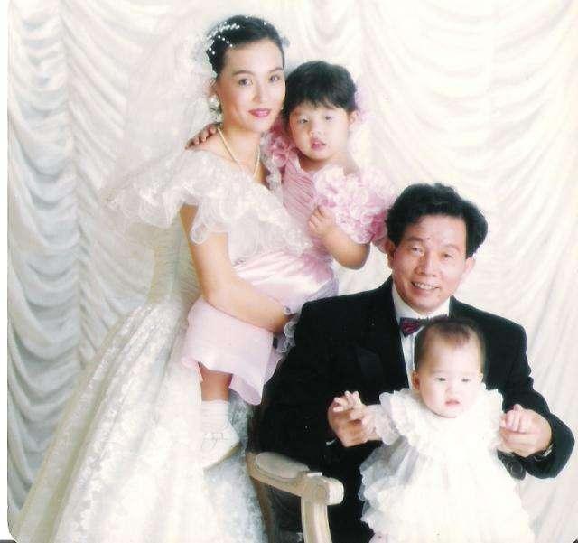 刘家良小女儿英国大婚翁静晶携现任丈夫盛装出席,罕见母女再同框
