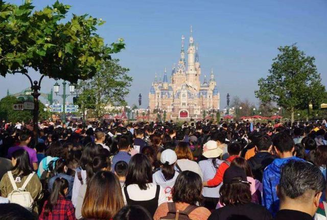 东北最热门的景区,门票近300元日游客量3万,需排队等待3小时