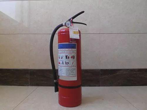 常见的手提式干粉灭火器使用方法: