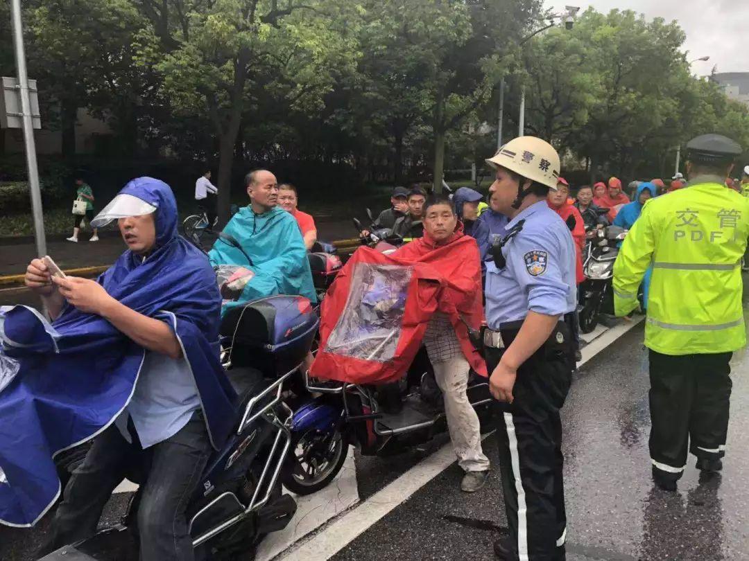 电驴资源农民伯伯乡下妹_酷!台风轮渡停航,上海警车f1式领航,率万辆\